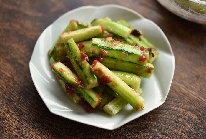 梅干しと和える野菜といえば、夏野菜の代表格であるきゅうりは外せません。材料もごくシンプルで作りやすいのが嬉しいですね。旨味をプラスするためのひとつまみのかつお節と、かつお節の魚臭さを抑えるこしょうを振るのがポイントです。