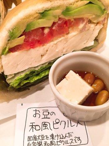 人気の豆腐サンドイッチは、まるでカッテージチーズのように濃厚な豆腐が美味。 アボカドやトマトとも相性がよく、濃厚ながらあっさりとした味わいも魅力です。 ボリュームもあるので、大満足のランチになります。  このほか、プレート式の豆腐ごはんや、豆腐を使ったヘルシーなデザートまで、豊富なメニューが揃います。