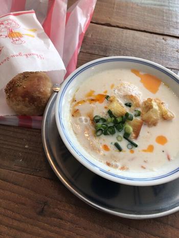 「東京豆漿生活(とうきょうとうじゃんせいかつ)」は、台湾式朝ごはん専門店。 豆腐の材料でもある豆乳と、台湾系のパンを食べることができます。  オーナーが、本場の味を再現するために試行錯誤してたどり着いた、鹹豆漿(豆乳スープ)などこだわりのメニューが並びます。