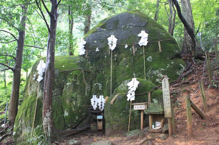日本で最も古い社とも言われる須我神社。縁結びスポットとして多くの人が訪れる理由は、奥宮にある三つの巨岩の岩倉。素戔嗚尊と稲田姫命、お子様の八島野命の神霊が鎮まっているといわれています。祈願の札に願い事を書いて祈り、奥宮で願を結んで納めれば、良縁はもちろん夫婦円満、子授けの御利益もあるのだそう。