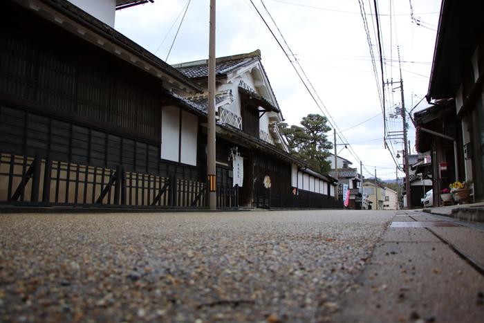 宍道湖西岸からの水路を利用し、物資の流通が盛んに行われた出雲平野。江戸時代に木綿の生産が盛んになり、その集積地として栄えたのが平田地域。現在も、その当時の街並みの雰囲気を残すのが「木綿街道」。漆喰の壁に海鼠壁や出雲格子を施した、風情ある家々が軒を連ねます。