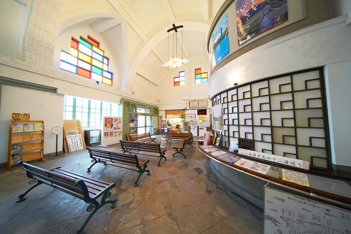 一方、白い壁にステンドグラスが映えるコチラの駅舎は、私鉄一畑電車の「出雲大社前駅」のもの。1930年(昭和5年)に建てられた鉄筋コンクリートの平屋建てで、現役で活躍しています。1996年(平成8年)に、国の登録文化財に指定されました。 純和風の出雲大社駅と全く趣きが異なり、その対比を見比べるために2つの駅を巡るのも楽しそう。