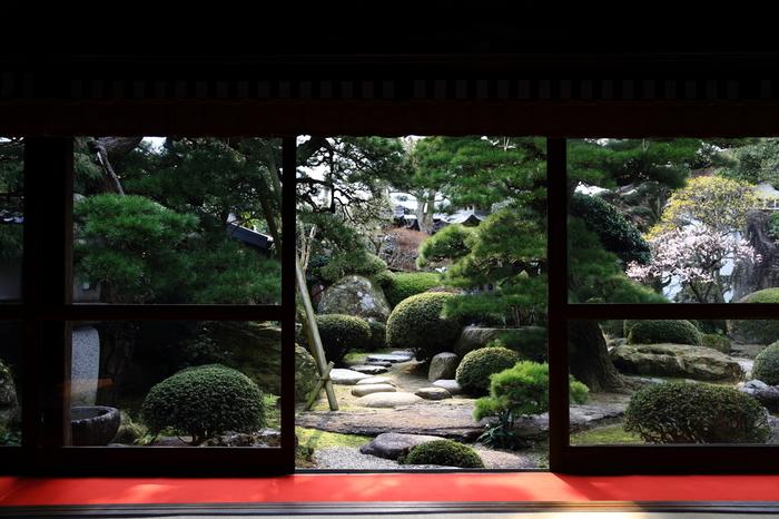 ●本石橋邸(国登録有形文化財) 1750年頃(江戸中期)に建てられた、大地主の家。木綿街道のなかで最も古く格式高い建物です。奥座敷は当時松江藩主の御成座敷として造られたといい、当時、相当な財産を有していたことがわかります。海鼠壁に出雲格子をあしらった外壁は、平田地域特有の建築様式です。