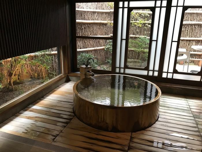 日本三美人の湯と言われる名湯。しかも神話が伝わっている温泉とあっては、入らずに帰るわけにはいきません。 言い伝えられている神話をご紹介しましょう。稲羽の国(鳥取県)へやってきた大国主命と恋に落ちた美しい八上姫。出雲へ帰ってしまった大国主命に会いに行くため旅をしていると、山の谷あいに温泉を見つけました。お湯につかって疲れを癒した八上姫は、ますます美しくなったのだそう。美人をさらに美人にすると言うお湯は、においが無くわずかに白濁していて、冷え性や疲労回復などに効果があると言われています。