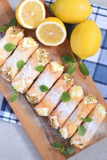 「カンノーリ」は、レモンで有名なイタリア・シチリア島の名物スイーツ。本来は小麦粉ベースの生地ですが、こちらのレシピでは餃子の皮で代用します。サクッと揚げ焼きされた皮に、レモン果汁たっぷりのクリームが好相性です。