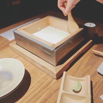 名物である、手作り空野豆腐は目の前で豆腐を作ってくれるという嬉しい演出。 豆乳は、大豆の品種銘柄トヨマサリを高濃度に抽出して作られており、濃厚な味わいを楽しめます。
