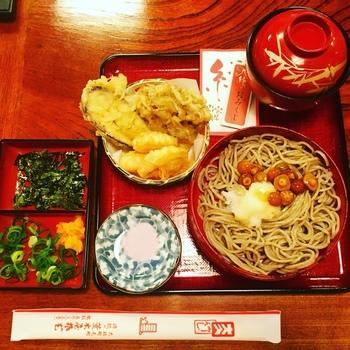 おすすめは、写真の縁結び天セット。割子そば2段、天ぷら、特製そばぜんざい、と美味しいものが折敷の上に所狭しと乗っています。なんと更に、おみくじ付き!出雲の目出度さを食事で戴いているような気分になれますよ。