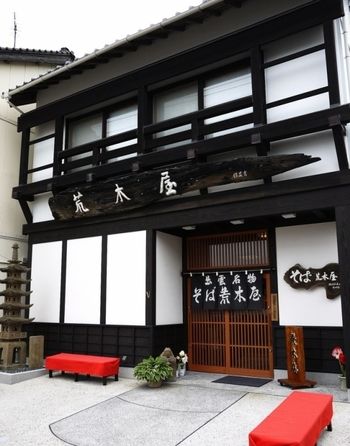 創業は天明年間。江戸時代後期から200年以上続く、最も古い出雲そば屋さんです。自家の井戸水を使い、うるめ鰯からとった出汁でつくる伝統のつゆは、さっぱりとした上品な味わい。