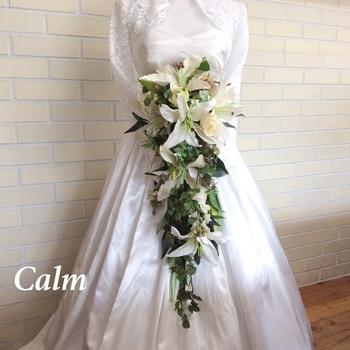 流れるようなラインのキャスケードブーケは、縦のラインを強調したドレス(Aライン、スレンダーなど)と相性が良いです。紫系のお花でまとめると、大人っぽく上品な印象にまとまります。