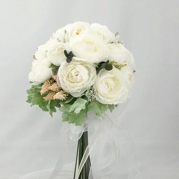 おすすめは、お花が密着していて華やかなラウンドブーケ。ホテルのクラシカルな雰囲気にあいます。色は白メインにシンプルにまとめると、清楚な美しさを演出できます。