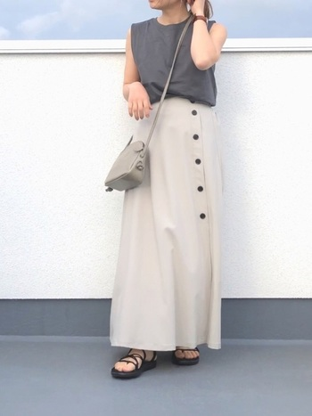 斜めフロントボタンが素敵なスカートに、濃いグレーのTシャツを合わせて。ショルダーバッグには中間色のグレーを合わせてグラデーションを作ると、より抜け感のあるコーデに仕上がります。