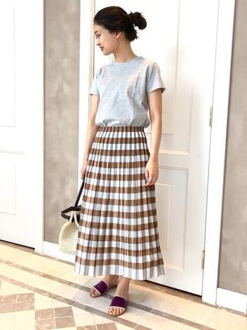 爽やかなチェック柄のスカートに、色味を合わせたトレンドのサンダルを。ライトグレーのTシャツを合わせて、スカートの色味と少しリンクさせると、大人ナチュラルなコーデの出来上がり。