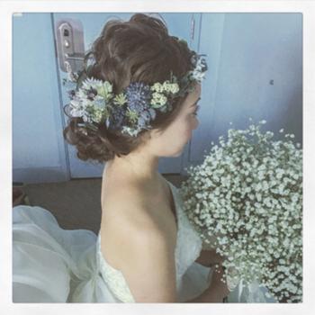 生花やドライフラワーでできた花かんむりが、ナチュラルな雰囲気にぴったり。ヘアスタイルはボブやショートにすると、より自然体な雰囲気になるのでおすすめです。