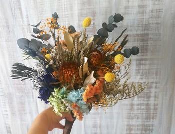 茎を束ねたクラッチブーケは、カジュアルなガーデンウェディングにおすすめです。ボリュームの少ないドレスとの相性もよく、いつも通りの、ありのままの自分で結婚式をしたいという大人花嫁にぴったりですよ。グリーン多めより、ピンクやオレンジなど明るい色の花を入れた方が、シンプルになりすぎずバランスが取れます。