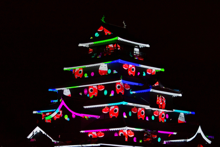 鶴ヶ城では季節ごとにライトアップが行われ、時期によってはプロジェクションマッピングも取り入れられるそう。 時代とともにその役目はもちろんのこと、お城の姿も大きく変わっていく会津若松城。観光に訪れたらぜひ足を運んでおきたいところです。