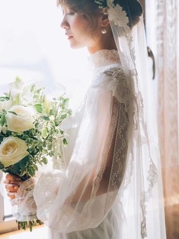 ナチュラルな雰囲気のガーデンウェディングには、オーガンジーやチュールなど軽やかな素材がぴったり。グリーンや自然光に映える透明感あふれるドレスを選んでみてください。