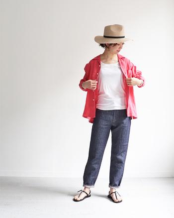 ビビッドカラーのシャツも、柔らかな風合いのリネンシャツなら、気負いなく取り入れられます。白Tシャツ×デニムのベーシックコーデも、シャツを羽織るようにざっくり着れば、たちまち雰囲気ある着こなしに。