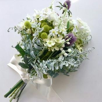 アットホームな雰囲気に、野草っぽいシンプルなブーケがとてもあいます。グリーン系中心に白や自分の好きな色の花を入れてると、自分らしさも出せるのでおすすめです。