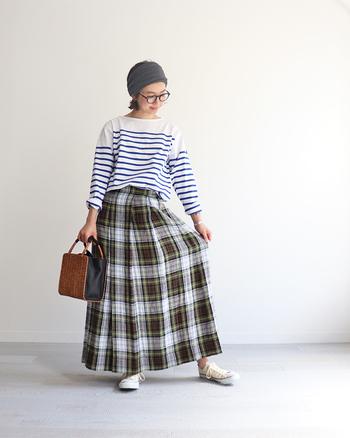 チェック柄がキュートなスカートに、今年は思い切ってボーダーを合わせてみましょう。トップスを極力コンパクトにまとめることが、柄×柄のコーデをすっきり着こなすポイントです。