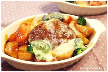 ハンバーグとソースをフライパンで軽く煮込み、さらにグラタン皿に乗せ野菜やチーズとともにトースターへ。チーズにこんがりと色がつくまで焼いたら、とろーり美味しいチーズハンバーグが完成。
