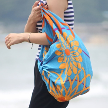 97cm角は、いっそ風呂敷感覚で、荷物を包んだり、クルクル巻いて、結んで、バッグにしたり。