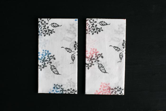 季節の自然を描いた柄に、切りっぱなしの軽やかな質感。昔ながらの日本の手ぬぐいは、夏の装いによく似合います。野口 由さんが描く自然柄を、裏表どちらにも柄がでる注染染めで仕上げています。