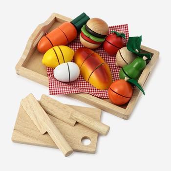 木でできたおもちゃや、ペールカラーなどのおもちゃはナチュラルなインテリアの雰囲気を壊さないので、見える位置に置く形でお片付けしてもOK。 そうでないものはカゴやボックスなどに収納して、使わないときは見えないようにすれば子どもの「好き」とおしゃれなインテリアも両立できます。