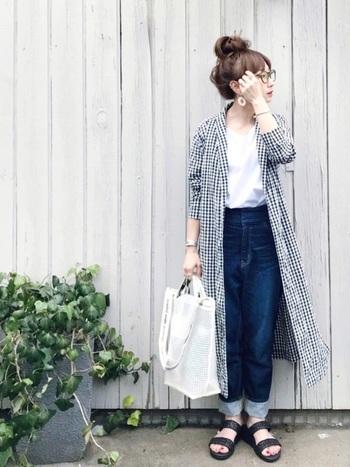 Tシャツ×デニムのボーイッシュなコーデに、ネイビーのギンガムチェック柄のロングシャツをコート風に羽織ったスタイル。インナーとカラーをリンクさせ、爽やかにまとめています。