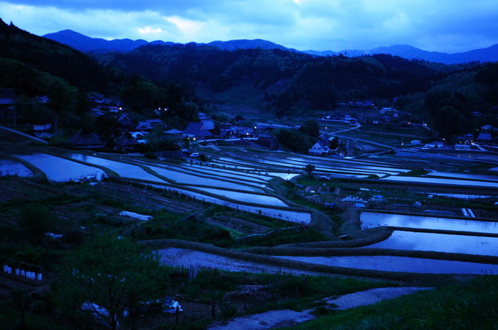 夜明け前の棚田の美しさは格別です。水田に張られた水が鏡のように煌めき、のどかな里山風景の美しさを引き立てています。