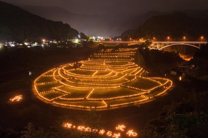 秋に開催される棚田をロウソクでライトアップするイベントでは、幻想的な景色を楽しむことができます。