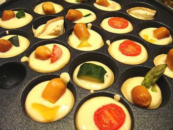 プチトマト、アスパラガス、レンコン、パプリカなど、野菜の旨味たっぷりの干し野菜をたこ焼きにin。スモークチーズを加えて焼くとピザ風になっておつまみにもぴったりです。
