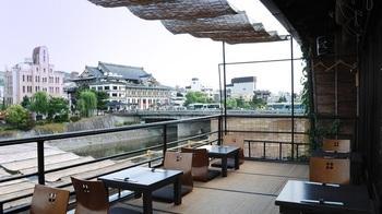 鴨川を眺めながら食事ができる、「眺河 先斗町~華~」。京都ならではの風情が楽しめるお店です。