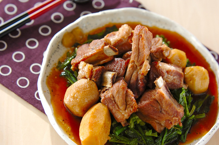 こちらは赤目芋と豚バラ肉を、レンジ圧力鍋で煮込んだ美味しい煮物です。赤目芋の代わりに里芋を使用しても◎。見た目も豪華な煮物が一品あると、食卓がぱっと華やかな雰囲気になりますよ♪