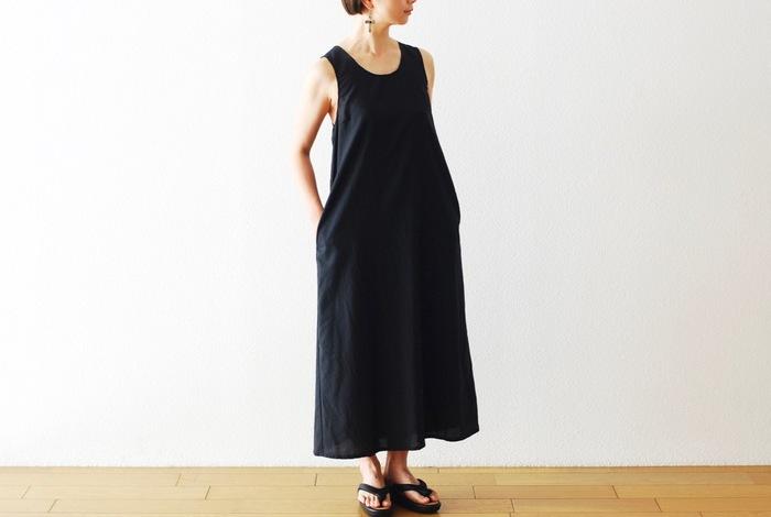 """ユニセックスなアパレルブランド「「Engineered Garments」。こちらは、シンプルなシルエットが美しいブランド定番の""""サンドレス""""です。生地は薄手のサマーウールを使われており、滑らかで涼しい着心地です。ほんのり光沢感があり、上品な印象を与えます。"""