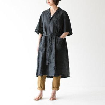 """""""10年後も着ていたい服""""を提案する「ORDINARY FITS」のワンピースは、ゆったりとしたオーバーサイズのシャツタイプ。さらりとしたリネン100%で風通しもよく快適な着心地です。前ボタンの開閉や共布のベルトを使うことで、さまざまな着こなしができるのも◎"""
