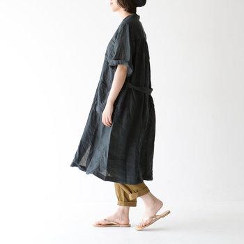 長めの袖とゆとりのある身幅は、羽織りとしても大活躍。冷房の効いた室内や乗り物の中、陽が沈んだ後のビーチなど、肌寒い時にも重宝しそうです。