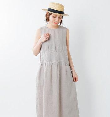 ライフスタイルを大切に過ごす大人の女性に向けた洋服を展開する「soi-e」。こちらはインドの手つむぎ糸を手織りしたKhadi(カディ)リネンを使用した涼しげなノースリーブワンピースです。身体のラインを拾わない程よいゆとりで、大人のリラックス感が漂います。
