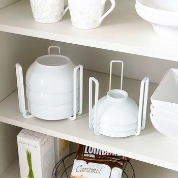 茶碗をたくさん重ねて収納したいときには、横倒れを防げるこんなグッズを使うと安心。 ラックごと持ち上げることができるので、食器棚の掃除も楽々です♪