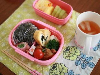 こんな素敵なお弁当セットと一緒なら、幼稚園のお弁当タイムがきっと大好きな時間に…。 マリメッコでも人気のヴィキルース(Vihkiruusu)柄は、ウェディングローズという意味を持つそうです。 娘さんへの愛情を幸せいっぱいに感じる素敵なハンドメイド作品ですね!