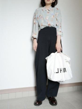 スモーキーパステル調の花柄シャツに黒のワイドパンツ、革靴を合わせマニッシュコーデ。ハイウエストやボトムスインなど着こなしで差をつけて。