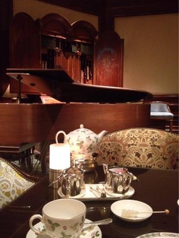 ランチタイム・カフェインタイムにはピアノやヴァイオリンなどの生演奏が流れており、優雅なひとときを過ごすことができます。