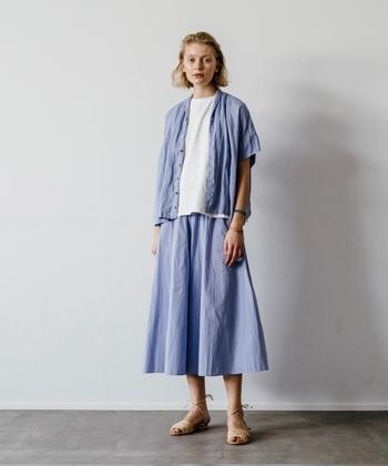 夏は体にぴったりフィットしたデザインや、しっかりした素材のお洋服を着るのがちょっぴり嫌になる季節。 お気に入りのスキニーパンツも、大好きなチノパンも何だか気乗りしない…。 そんな夏の時季は、動きやすくておしゃれな「ワイドキュロット」を選んでみませんか?