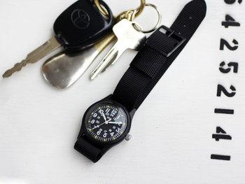 スイスの時計メーカーMWCの本格ミリタリーウォッチです。こちらは、かつてアメリカ軍が使用していた使い捨てタイプの時計を復刻して作られたリーズナブルな1本。女性の手にもすんなり馴染む3.3cmの小さなフェイスが、アクセサリー感覚で楽しめます。