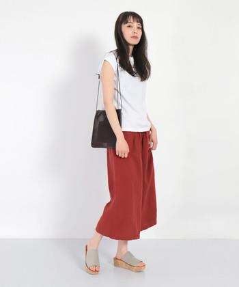 華やかな雰囲気のカラーキュロットも、夏の装いをおしゃれに仕上げてくれる人気アイテムです。定番のTシャツスタイルに女性らしさをプラスしたい時には、赤などの暖色系が◎。落ち着いた色味のレッドなら、派手になりすぎず大人っぽい雰囲気で着こなせますよ。
