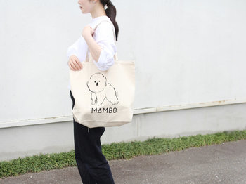 イラストレーター塩川いづみさんが描いた犬のキャラクターMAMBO(マンボ)が何ともかわいらしいCLASKAのトートバッグは、ランチトートにぴったりなSサイズと肩掛けができるLサイズの2種類です。