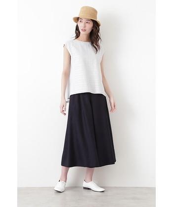 夏の装いには、知的な「ネイビー」のワイドキュロットも欠かせませんよね。シンプルなシャツやブラウスを組み合わせるだけで、上品な雰囲気漂うキレイめカジュアルが完成しますよ◎。足元も白でまとめると、より夏らしく爽やかな雰囲気を演出できます。