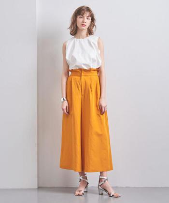 鮮やかなイエローも、爽やかな夏にぴったりのカラーです。ウエストにフリルディテールを取り入れたデザインなら、より鮮度の高い着こなしに。メタルカラーのサンダルやバングルなどトレンド小物を合わせて、旬の着こなしを楽しんでみませんか?