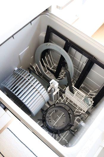 """お手軽&時短のコツは、""""食洗機""""を活用すること。五徳やシロッコファンなど、入れられる物は全て食洗機にお任せしましょう。(※食洗機NGのシロッコファンもあるので、取扱説明書を確認して下さいね)"""