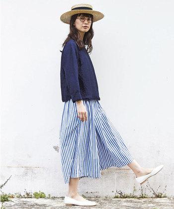 一枚で主役になる「柄物」のワイドキュロットは、夏のシンプルな装いをおしゃれな雰囲気に仕上げてくれます。こちらのキュロットは白×ブルーのストライプ柄が、とっても爽やかな印象です。ふんわりとしたシルエットも、夏らしく軽やかな雰囲気で素敵ですね。