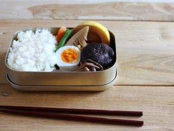 暮らしの道具を扱う「松野屋」の、昔懐かしいお弁当箱です。見た目もすっきりシンプルなデザインで、使う人に合わせて自由に中身を詰めてお使いいただけます。